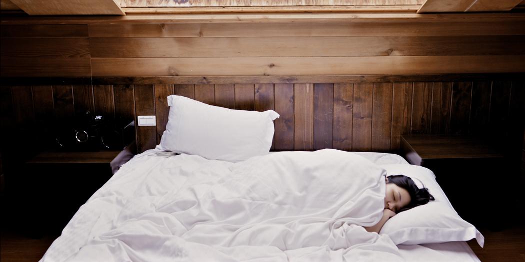 Konzentrationsfähigkeit im Büro erhalten durch genügend Schlaf: Nomao Saeki (Unsplash.com)