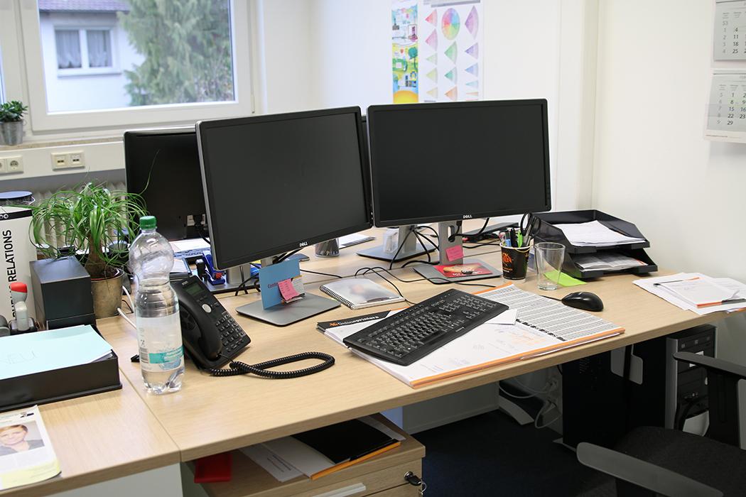 Das Bild zeigt den Schreibtisch von Mitarbeiterin Nr. 1, den Feng Shui Consultant Susanne Grethlein (erfolgsraum.info) detailliert nach Feng Shui analysiert.