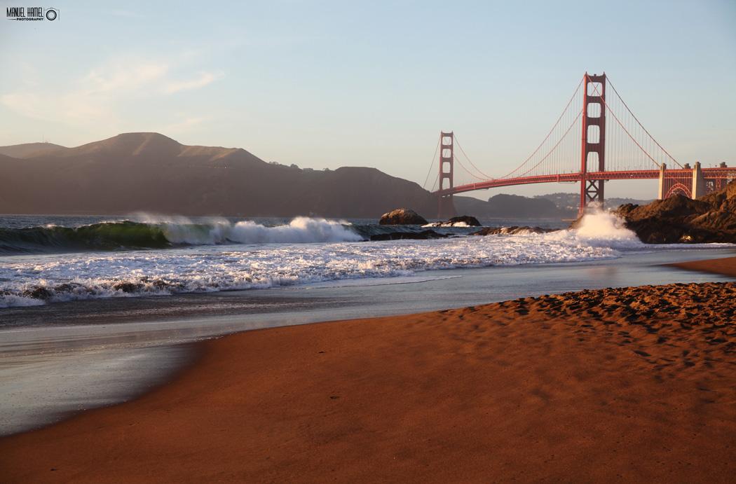 Diese Fotografie zeigt die Golden Gate Bridge in San Francisco.
