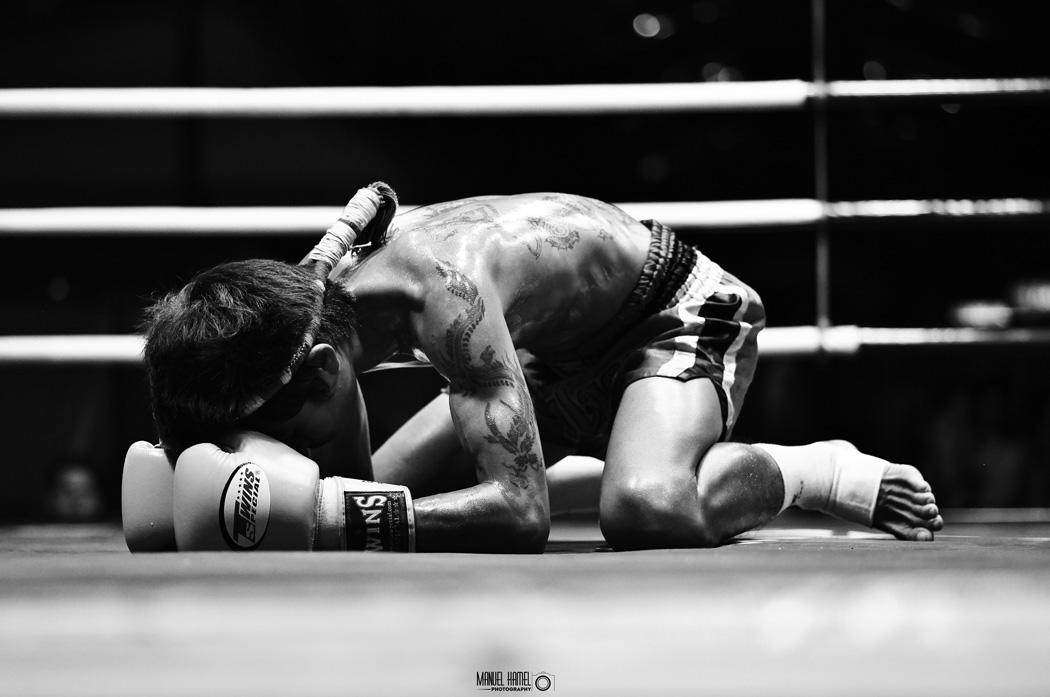 Diese Fotografie von Manuel Hamel zeigt einen Thaiboxer auf einem Thaiboxkampf in Thailand.
