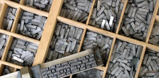 Setzkasten mit den Bleikegeln einer Schrift